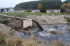 The sludgy mixture is channelled through a hose to the sedimentation tank (photo: Tsurumi)