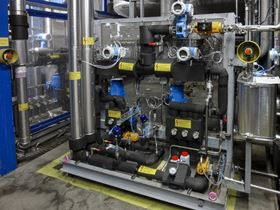 Using the diaphragm metering pump of the ecodos series, the highly concentrated emulsifier can be diluted to a working intensity of 20%. (Image: LEWA GmbH)