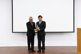 M-Team chairman Jui-Mu Hsieh (left) presents the 'Top Best Supplier' award to John Pien (right), Grundfos Taiwan's plant director. The award ceremony was held in conjunction with M-Team's annual general meeting.