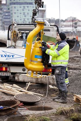 Installation of Xylem's Flygt 3153-Slimline pump into a sewer manhole for bypass pumping.
