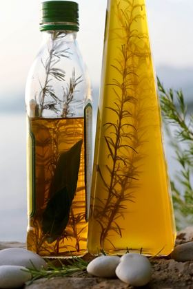 Lecithins are components of various fats and oils and are particularly abundant in egg yolks and cells of plant seeds such as in rapeseed, sunflowers and soy. (Image: pixelio.de/twinlili)