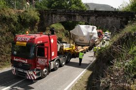 Passage of an aqueduct in Ruivães – the transport of the spherical valve weighing 170 tonnes was a close matter. Image courtesy of Voith.