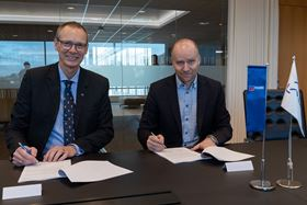 Signing the contract – Trond Petter Abrahamsen, director, Framo Services (left) and Kjetel Digre, head of operations and field development, Aker BP (right). Photo: Lars Petter Larsen/Framo.