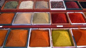 Over time, Terheggen & Dethlefsen GmbH expanded its assortment with various spice blends, and eventually added its own product developments and customer-specific contracted mixes. (Image: pixelio.de/Rainer Sturm)