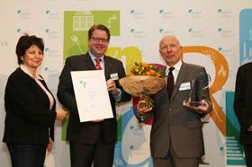 Prize giving (from left to right): Jury member Dr Ursula Weidenfeld, DENEFF Chairman of the Board Carsten Müller and KSB representative Heinrich Schuster. Photograph copright of DENEFF