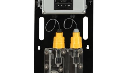 Chlorine analyser with flow regulator